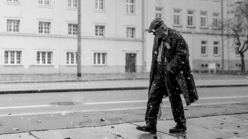 street-photography-man-walking-in-the-snow